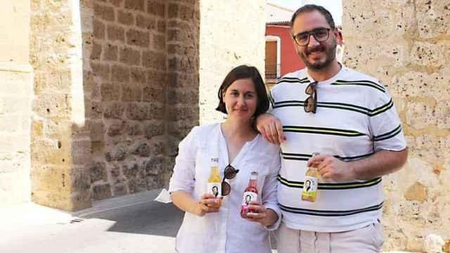 Lucía Miguel y Carlos Cebrián con varias botellas de su kombucha 'Kampanera'