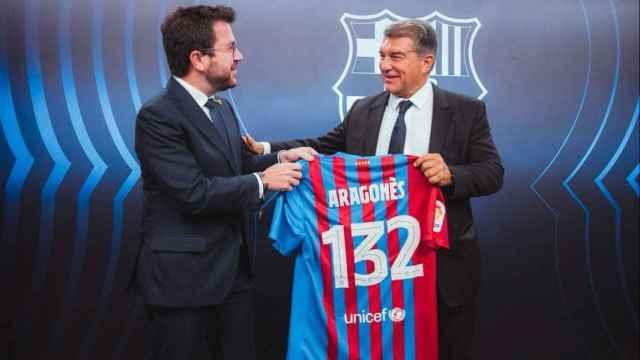 Pere Aragonés recibe una camiseta del Barça de manos de Joan Laporta