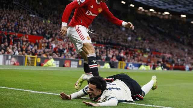 Cristiano Ronaldo y su acción con Curtis Jones durante el Manchester United - Liverpool