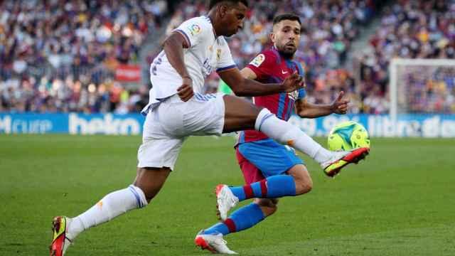 Rodrygo controla el balón presionado por Jordi Alba