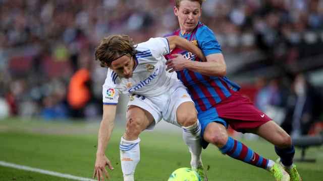 Frenkie de Jong agarra y empuja a Luka Modric para intentar robarle el balón