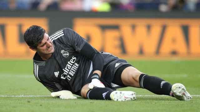 Thibaut Courtois se duele de la rodilla tumbado en el césped