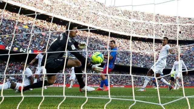 Sergio 'Kun' Agüero marca desde dentro del área del Real Madrid el único gol del FC Barcelona en El Clásico