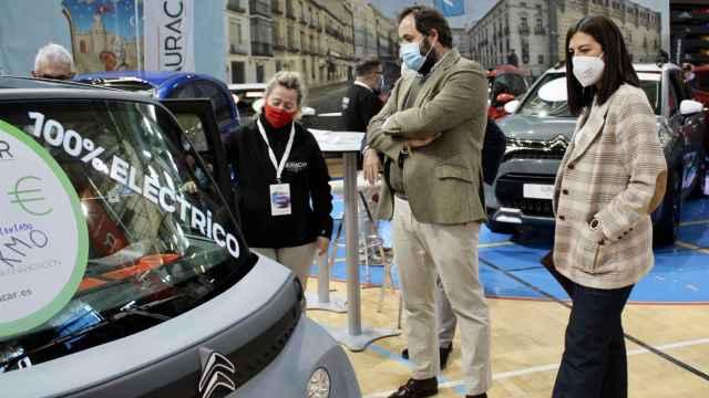 El responsable del Grupo Popular en las Cortes, Paco Núñez, durante su visita al XIV Salón del Automóvil de Guadalajara