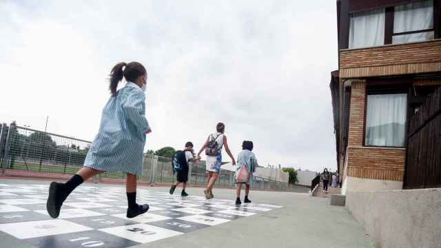 Acceso a un colegio en Boadilla del Monte (Madrid).