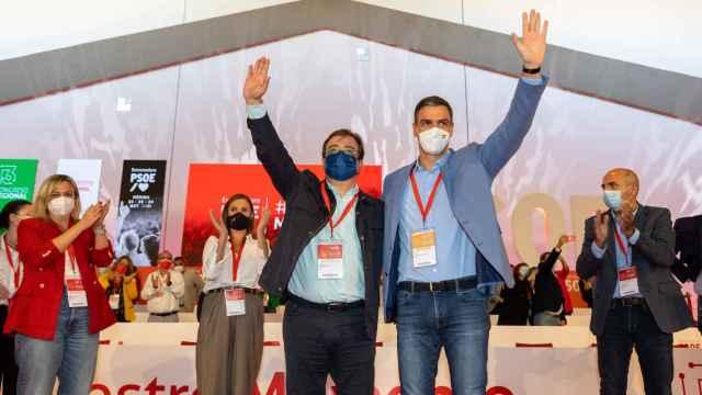 Guillermo Fernández Vara y Pedro Sánchez durante el XIII Congreso del PSOE de Extremadura.