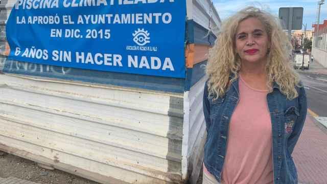 La viceportavoz de Adelante Málaga, Remedios Ramos, frente a un cartel donde exigen su construcción.