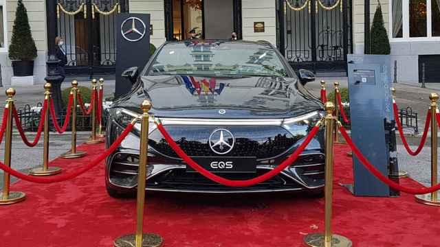 El Mercedes EQS delante del Hotel Ritz, en Madrid.