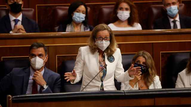 Pedro Sánchez, Nadia Calviño y Yolanda Díaz en el Congreso de los Diputados. Efe