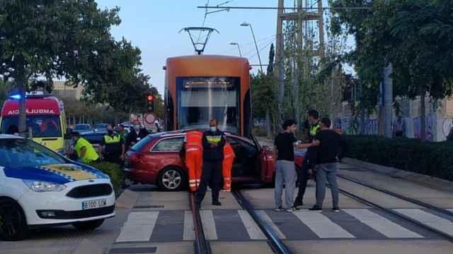 Así ha quedado el vehículo atravesado en la vía cuando ha pasado el Tram.