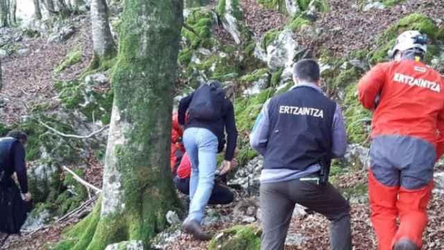 Agentes de la Policía vasca registran la zona