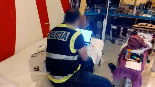 Instante del registro en el domicilio del detenido en San Juan.