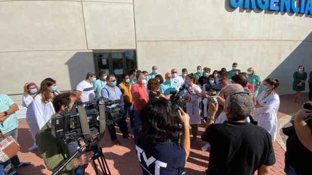 Protesta de los médicos de Urgencias en la puerta del Hospital de Torrevieja.
