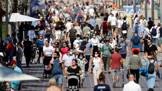 Paseo en Valencia atestado de gente, el pasado puente del Pilar.