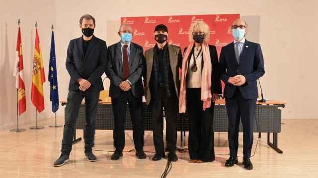 Imagen de las autoridades durante el acto de presentación del nuevo premio