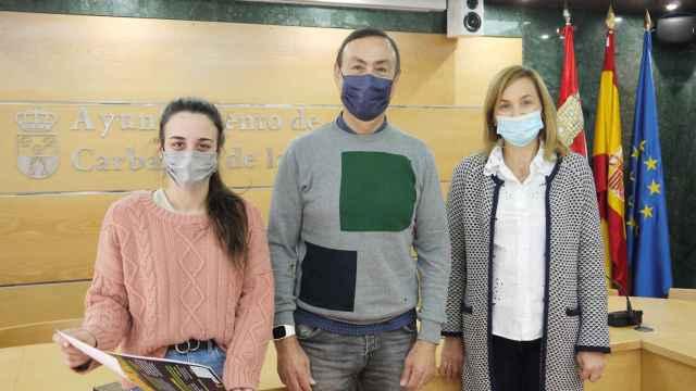 Las concejalas de Fiestas y Juventud, Teresa Sánchez y Alba Hernández, acompañadas del alcalde del municipio, Pedro Samuel Martín