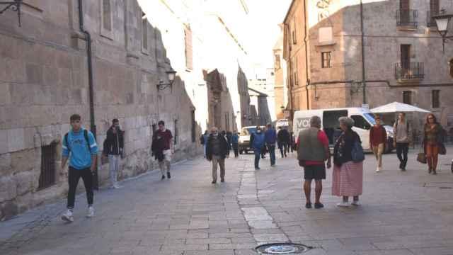 Estudiantes y turistas, por la calle Compañía de Salamanca