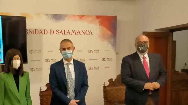Ricardo Rivero, en el centro de la imagen, durante la rueda de prensa celebrada hoy en el Rectorado