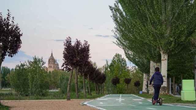 Una persona viaja en patinete por Salamanca