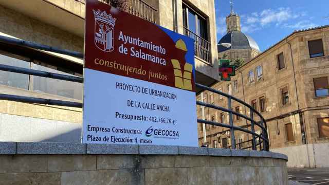 Cartel de obras en la calle Ancha de Salamanca