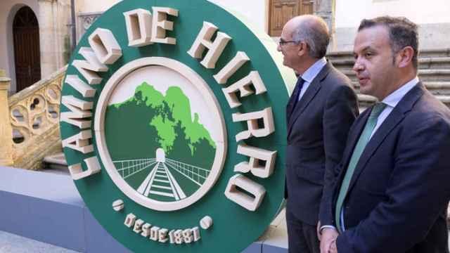 Javier Iglesias y Francisco Javier García presentan el escudo promocional del Camino de Hierro