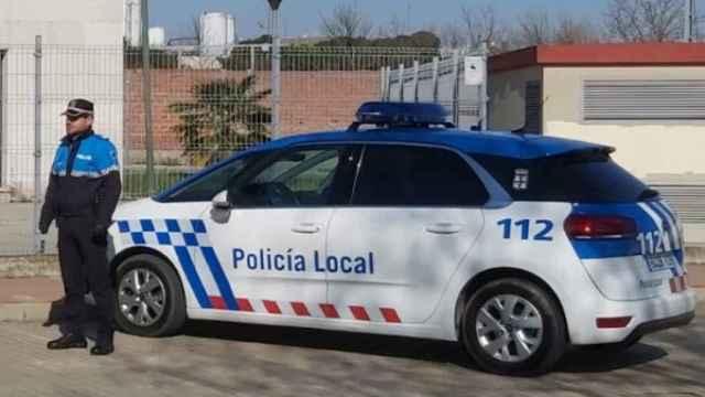 Un agente de la Policía Local junto a su vehículo