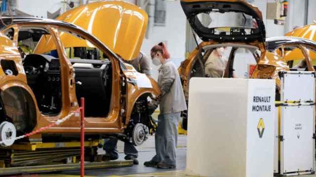 Una trabajadora en la planta de Valladolid de Renault
