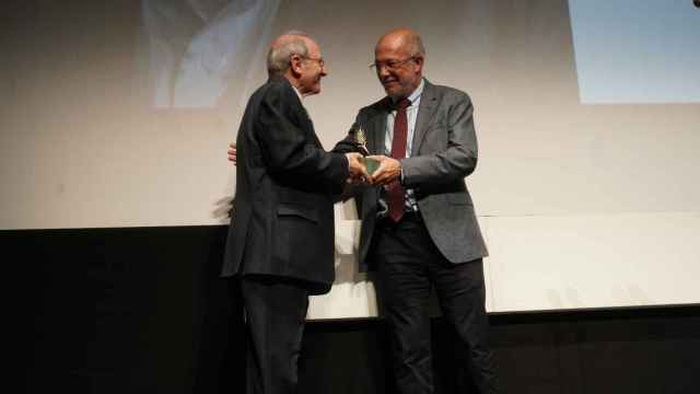 Emilio Gutiérrez Caba recibiendo el premio Espiga de Oro de Francisco Igea