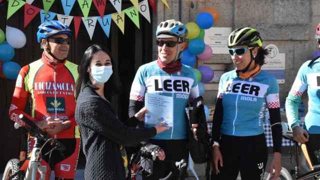 Dori Ruano y Manuel Hernández Leal entregando el libro a la directora en funciones de la Biblioteca de Zamora, Rocío Mangas