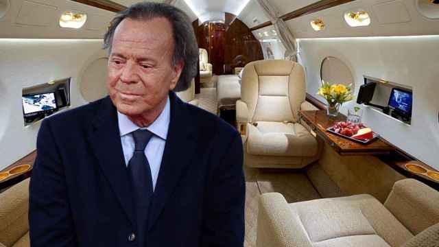 Julio Iglesias y el interior de su jet privado, en un montaje de Jaleos.