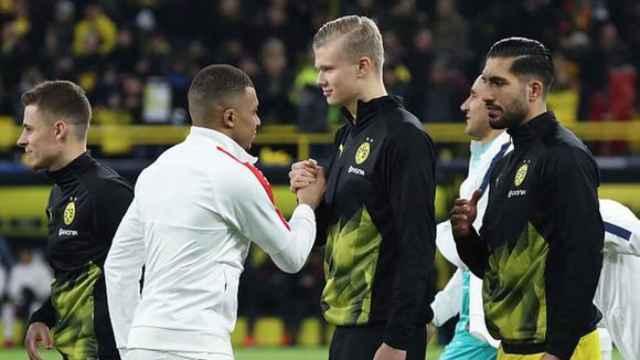Mbappé y Haaland se saludan en un partido de la Champions League