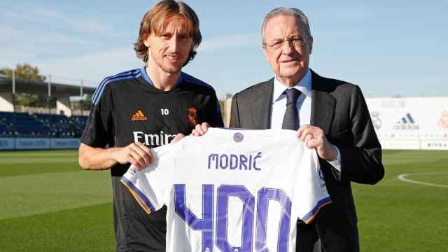 Luka Modric y Florentino Pérez, con la camiseta conmemorativa de los 400 partidos con el Real Madrid