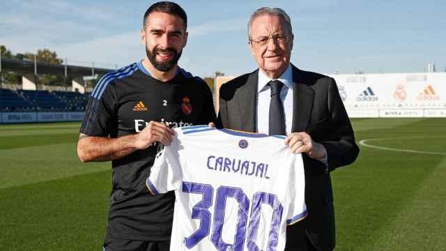 Dani Carvajal y Florentino Pérez, en la entrega de la camiseta conmemorativa por los 300 partidos con el Real Madrid