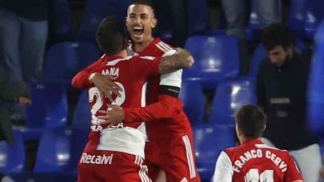 Santi Mina celebra su gol con el Celta de Vigo con Thiago Galhardo y Franco Cervi