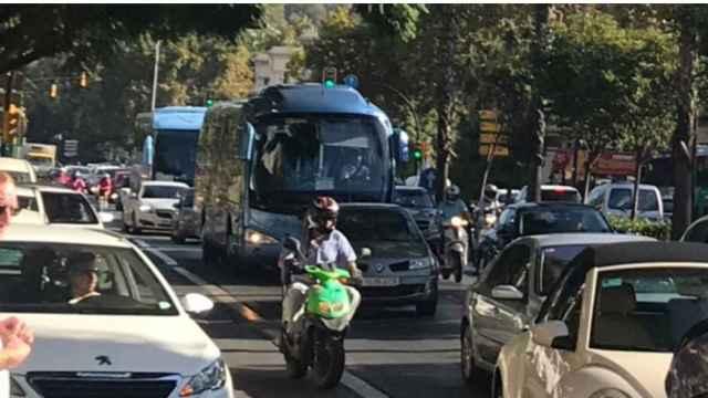 Imagen del tránsito de vehículos por el barrio del Soho.