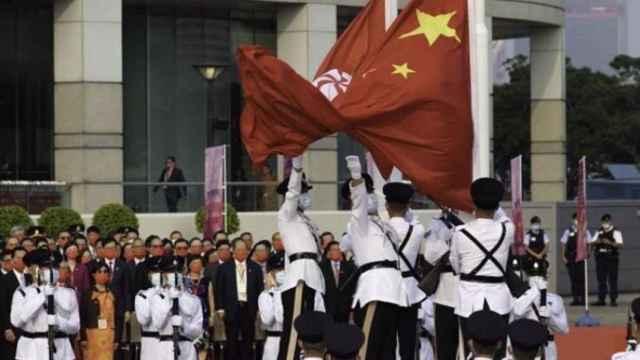 Izado de banderas en Hong Kong en el día nacional chino.