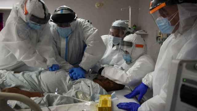 Sanitarios atienden a un paciente de Covid.