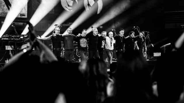 Los Hombres G saludan al final del concierto.