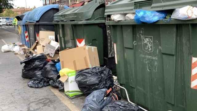 Los residuos arrojados fuera de los contenedores