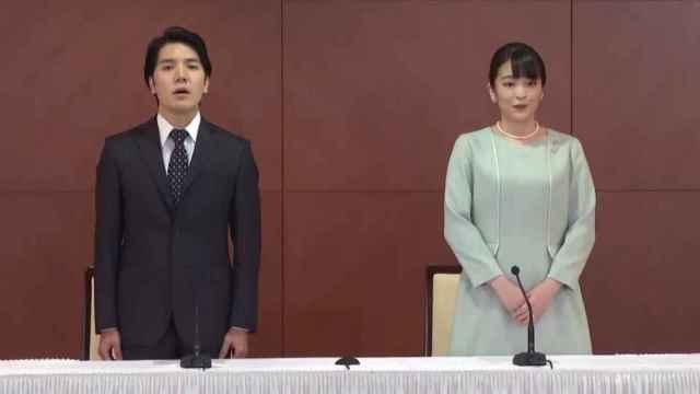 La princesa Mako y su marido, en rueda de prensa tras su enlace.