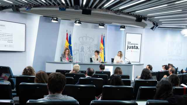 Isabel Rodríguez, portavoz del Gobierno, entre la vicepresidenta Teresa Ribera y la ministra Raquel Sánchez, en Moncloa.
