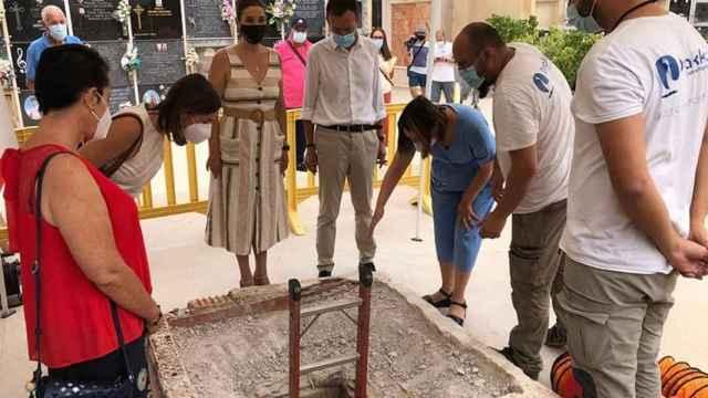 El alcalde, Carlos González, y la concejala de Cultura, Marga Antón, presenciando los trabajos de excavación de Drakkar en el cementerio.