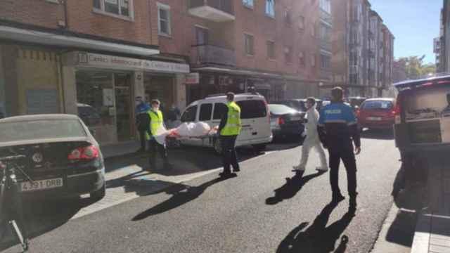 La Policía traslada el cuerpo de la fallecida para continuar investigando las causas de la muerte