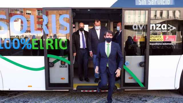 Juan Carlos Suárez-Quiñones estrena el autobús eléctrico presentado esta mañana en Santa Marta de Tormes