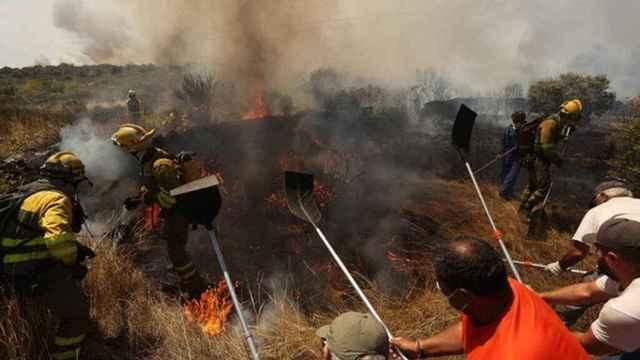 Imagen de archivo de las labores de extinción del incendio de San Felices de los Gallegos el pasado mes de agosto