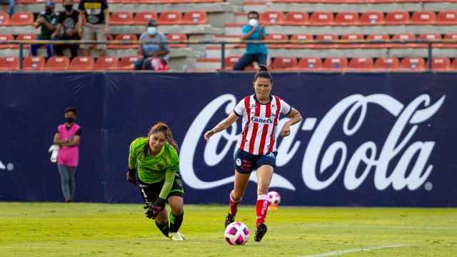 Bea Parra lanzando a portería en su primer gol con el Atlético San Luis