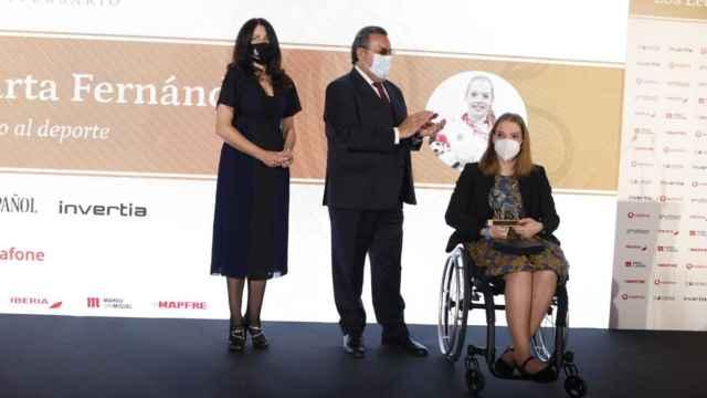 Mamen Vázquez, directora general de EL ESPAÑOL; Miguel Carballeda, presidente del Comité Paralímpico Español; y Marta Fernández, triple medallista paralímpica en Tokio 2020 y galardonada con el Premio León del Deporte 2021