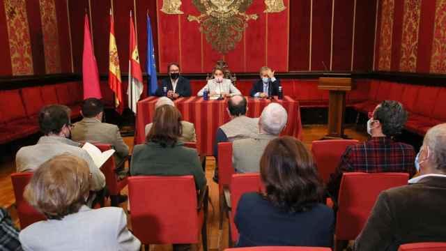 La alcaldesa de Toledo, Milagros Tolón, en la presentación de la última obra del historiador Adolfo de Mingo dedicada a Alfonso X El Sabio
