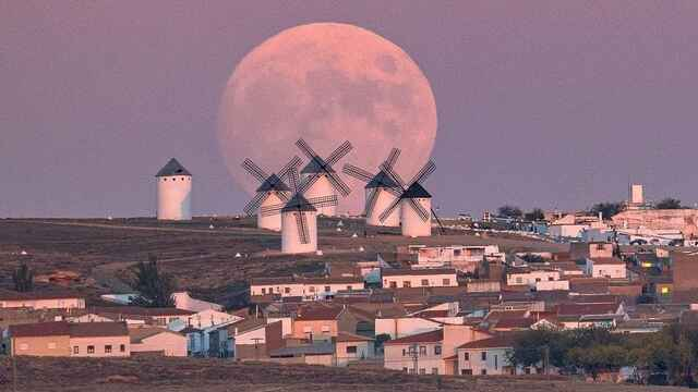 La increíble y preciosa foto de la luna sobre los molinos de La Mancha no es un montaje