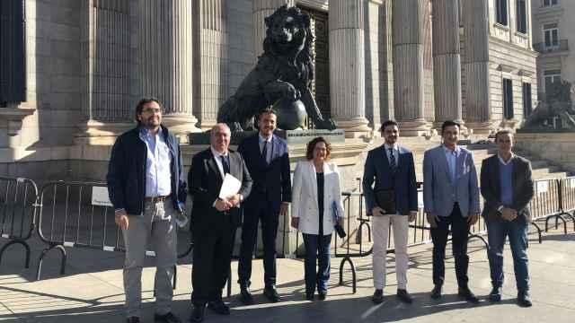 Carmen Riolobos, diputada nacional del PP, con miembros del grupo político en el Congreso de los Diputados